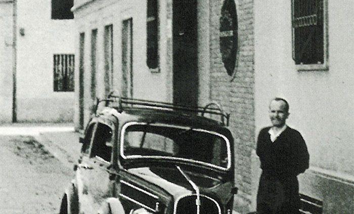 Federico Motta accanto alla sua fuoriserie, di fronte alla nuova sede della Federico Motta Editore