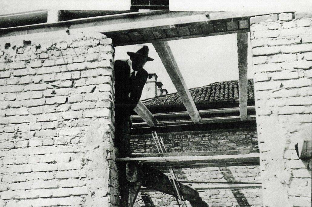 Federico Motta durante i lavori di costruzione