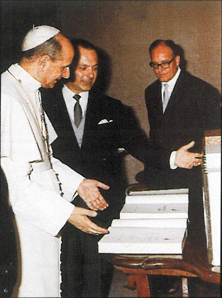 Papa Paolo VI sfoglia l'Enciclopedia Motta