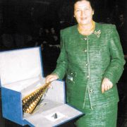 Premio Giornalistico Motta Editore: Simone Veil ritira il riconoscimento realizzato da Arnaldo Pomodoro