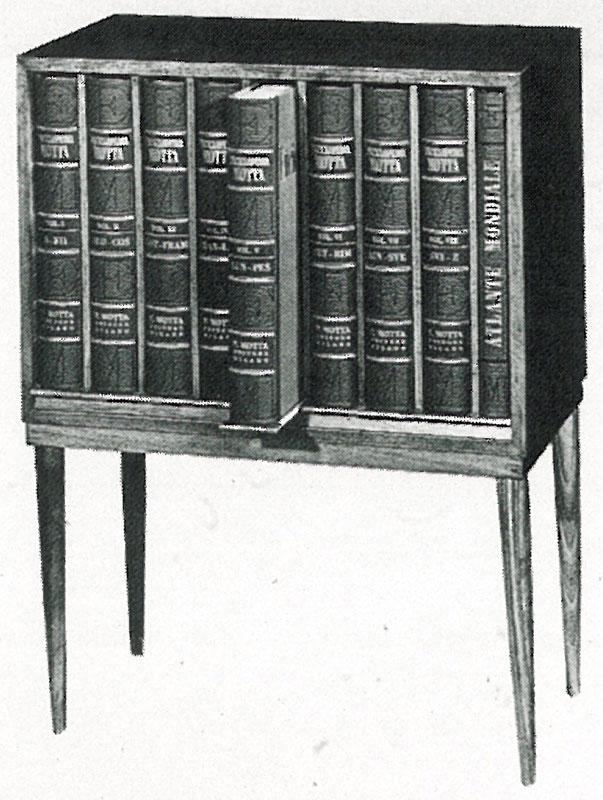 Una fotografia d'epoca: gli otto volumi dell'Enciclopedia Motta nel mobiletto che li ospitava
