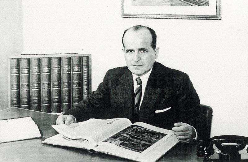 Federico Motta con i volumi dell'Enciclopedia Motta, Federico Motta Editore