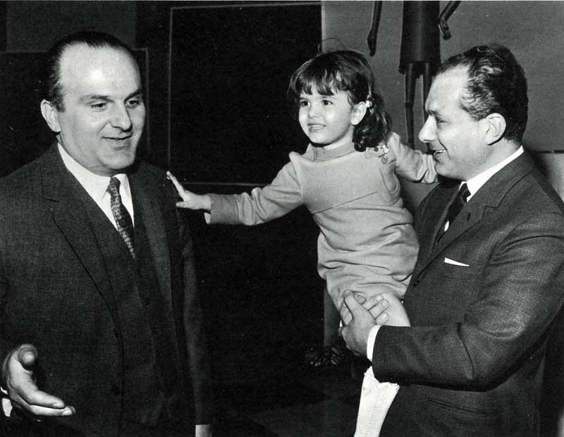 Virginio e Anselmo Motta con Barbara Ferigo, che nel 1968 cantava la canzone vincitrice Quarantaquattro gatti.